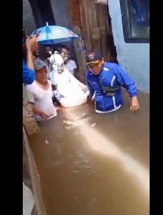 عروسان يزفان في دلو وحوض استحمام أطفال خلال فيضان إندونسيا  (1)