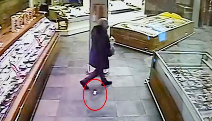 الرجل أثناء خروجه من المتجر