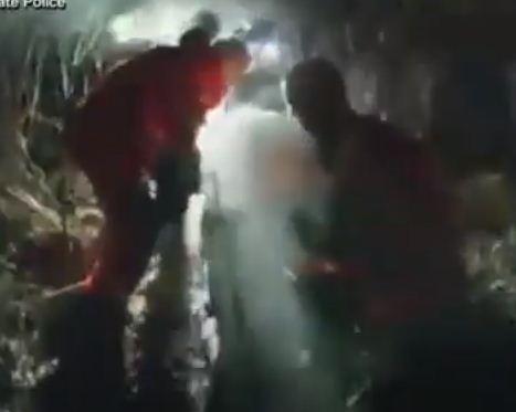 الشرطة تحمل الطفل بعد انقاذه