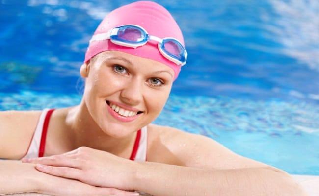 خطوات العناية بالشعر أثناء السباحة