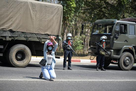 متظاهر يقف أمام المدرعات