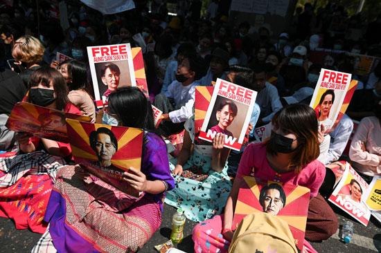 متظاهرون يرفعون صور زعيمة ميانمار المعتقلة
