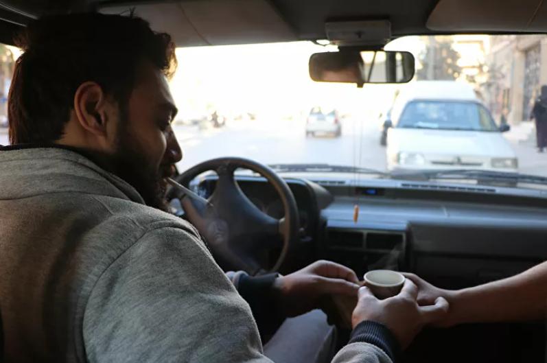 الشاب السورى فى التاكسى الخاص بيه