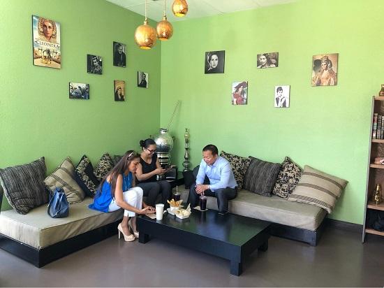الأجانب يتناولون الطعام المصري