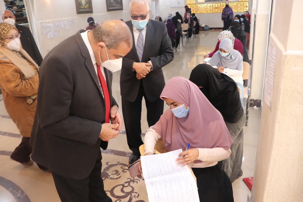 رئيس جامعة الأزهر يتفقد الامتحانات