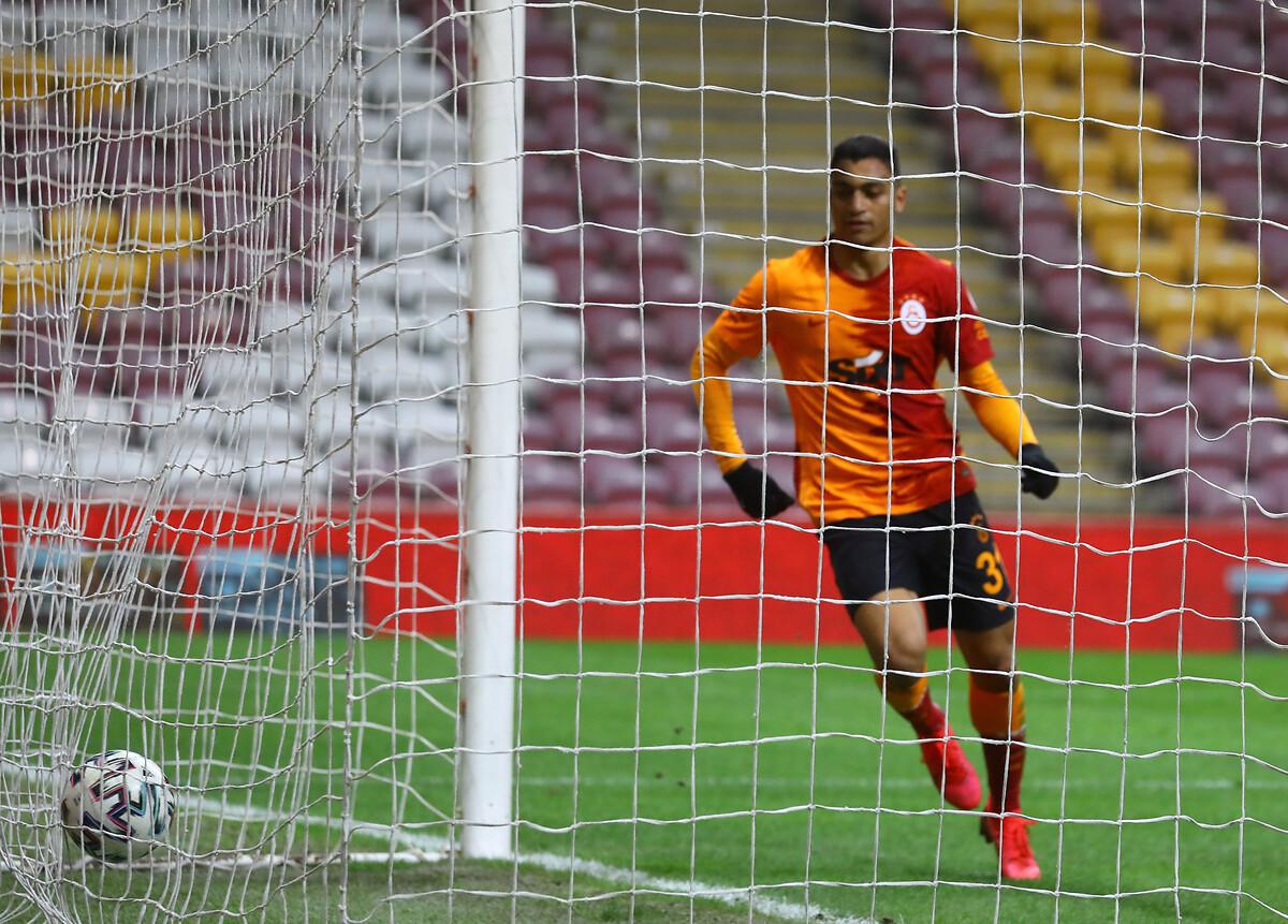 مصطفى محمد مع الكرة داخل شباك الفريق الخصم