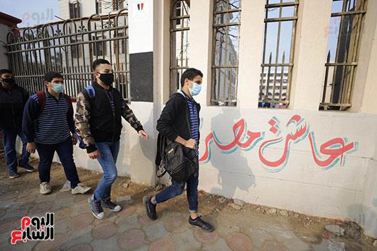 الطلاب أمام المدرسة