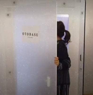 المدرسة تدخل الغرفة