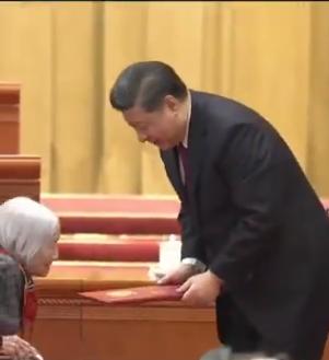 الرئيس الصينى ينحنى امام سيدة