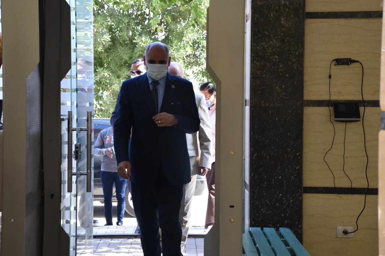 رئيس جامعة الأقصر يتفقد سير امتحانات الفصل الدراسى الأول بكلية الألسن (4)