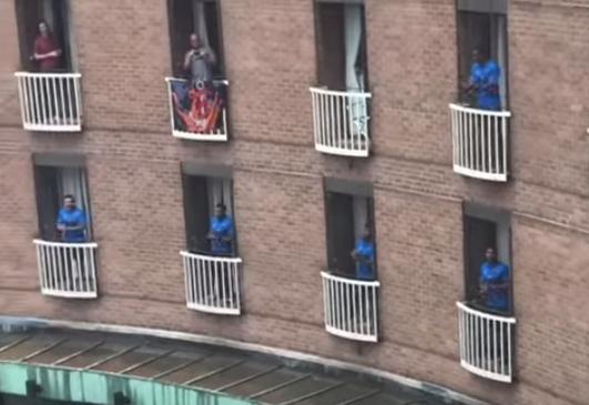 الفريق فى نوافذ الفندق