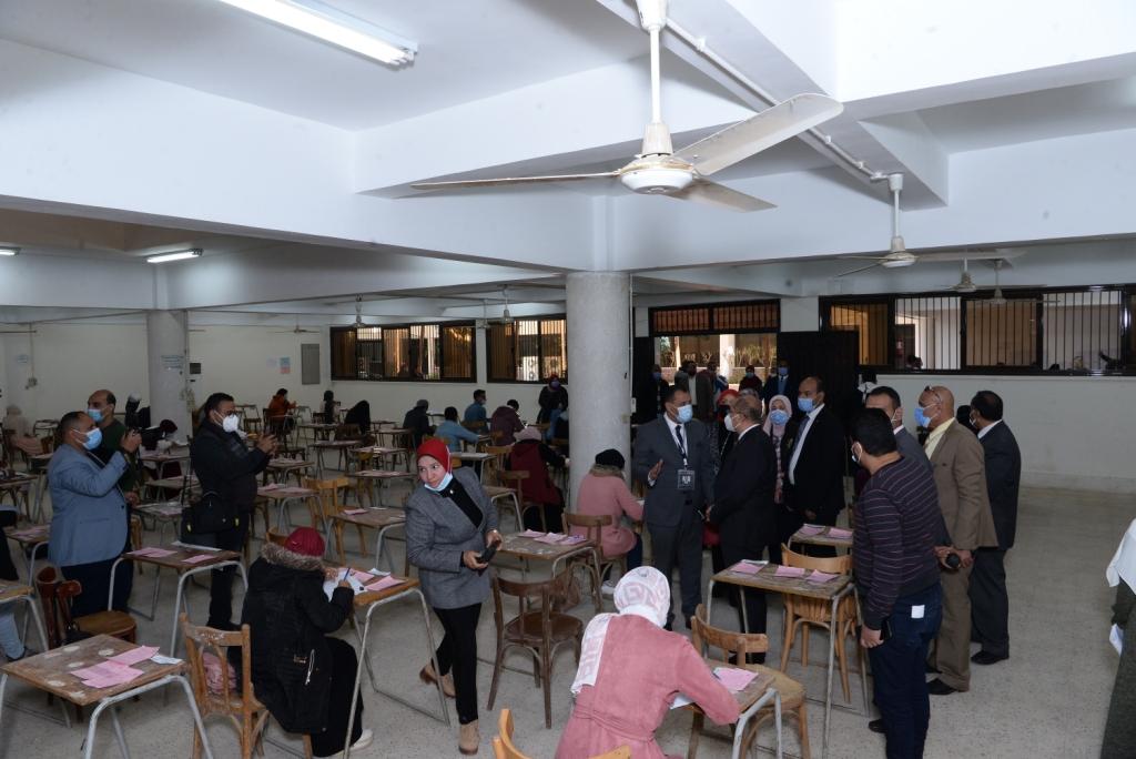 رئيس جامعة أسيوط ونائبه فى جولة تفقدية داخل لجان الامتحانات (1)