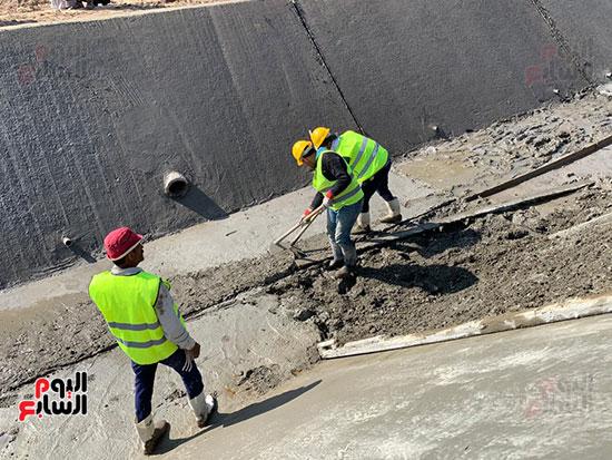 العمال-خلال-تبطين-ترعة-فى-ارمنت