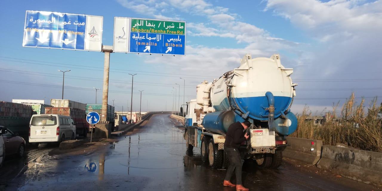 معدات شركه مياه القليوبيه تنتشر فى شوارع المحافظه لشفط مياه الامطار (6)
