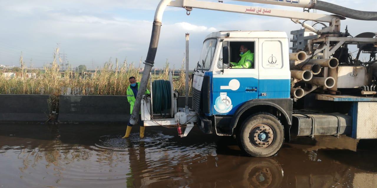 معدات شركه مياه القليوبيه تنتشر فى شوارع المحافظه لشفط مياه الامطار (3)