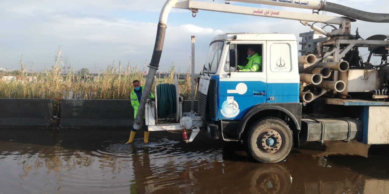 معدات شركه مياه القليوبيه تنتشر فى شوارع المحافظه لشفط مياه الامطار (1)