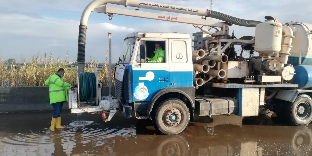 معدات شركه مياه القليوبيه تنتشر فى شوارع المحافظه لشفط مياه الامطار (2)