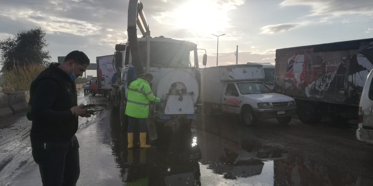معدات شركه مياه القليوبيه تنتشر فى شوارع المحافظه لشفط مياه الامطار (4)