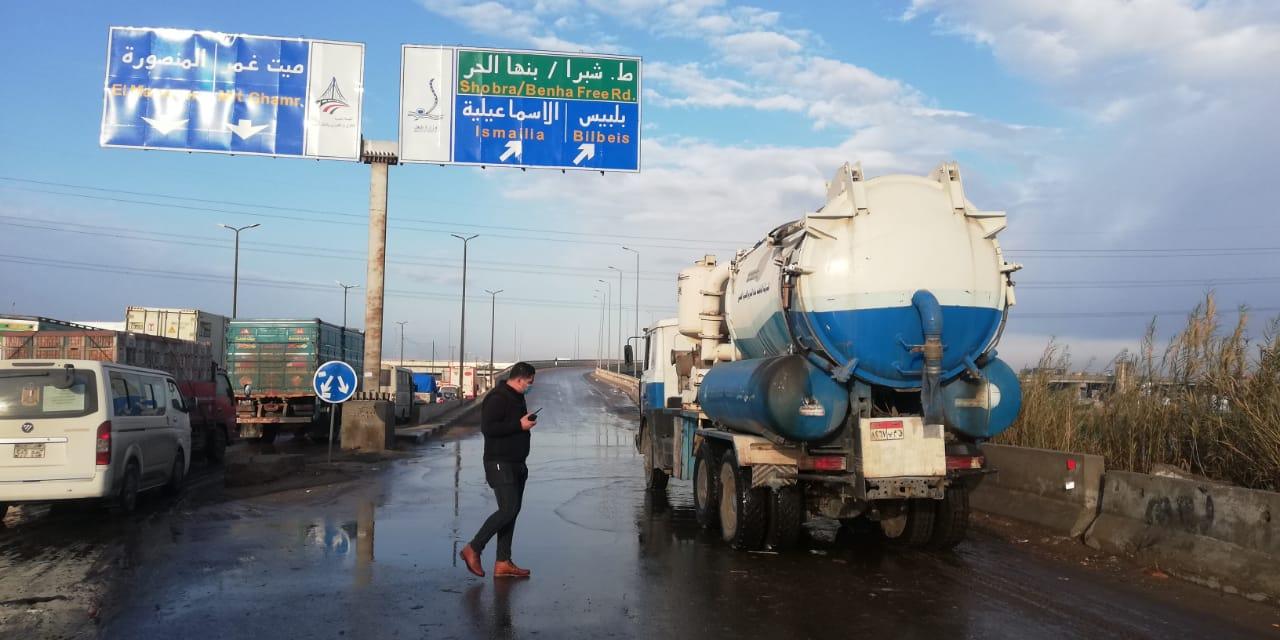 معدات شركه مياه القليوبيه تنتشر فى شوارع المحافظه لشفط مياه الامطار (8)