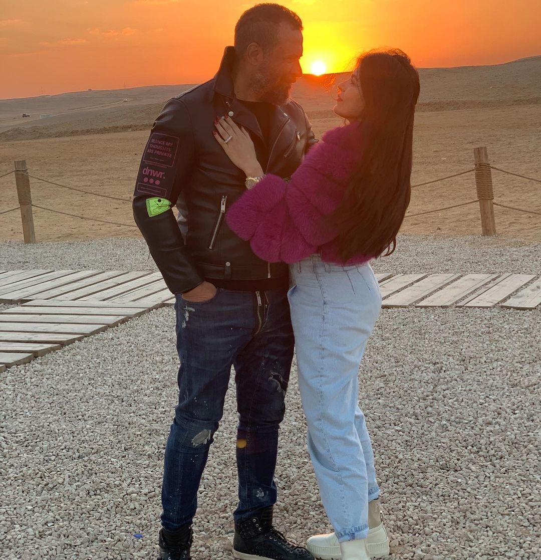 ماجد المصرى وزوجته رانيا أبو النصر فى الأهرامات (2)