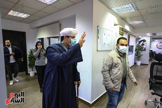 جولة الشيخ محمود التهامى داخل صالة تحرير اليوم السابع