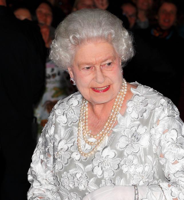 الملكة إليزابيث بالروج الأحمر