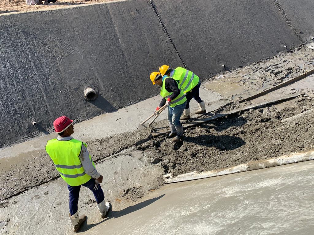 العمال خلال تبطين ترعة فى ارمنت