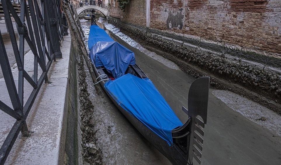 جفاف قنوات مدينة البندقية الشهيرة في إيطاليا (5)
