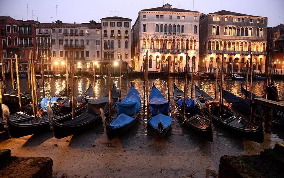 جفاف قنوات مدينة البندقية الشهيرة في إيطاليا (8)