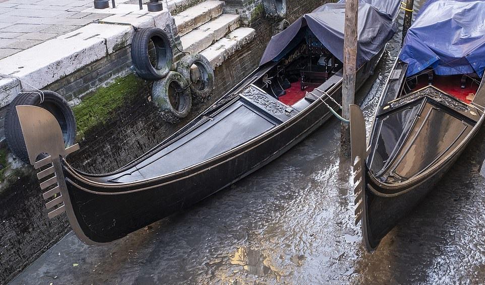 جفاف قنوات مدينة البندقية الشهيرة في إيطاليا (6)
