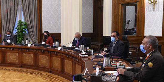 رئيس الوزراء يتابع موقف عدد من المشروعات مع وزير الاسكان  (2)