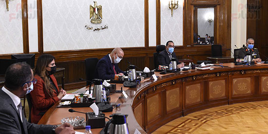 رئيس الوزراء يتابع موقف عدد من المشروعات مع وزير الاسكان  (4)