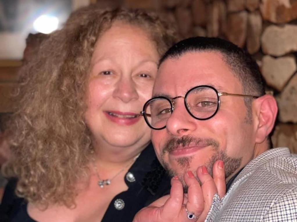 عمر الفيشاوى مع والدته سمية الألفى