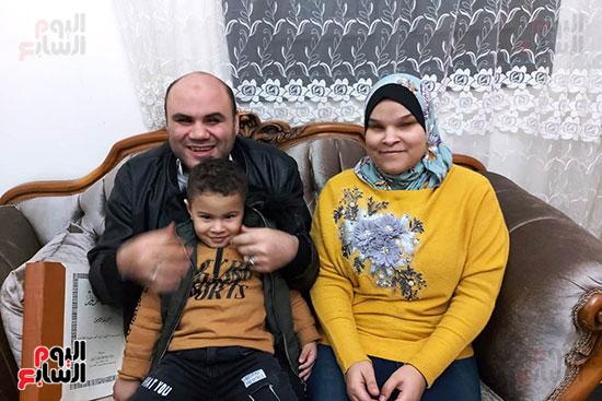 بلال-مع-زوجته-وابنه-(1)