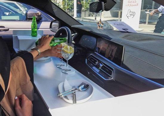 العملاء يتناولون الطعام داخل سياراتهم