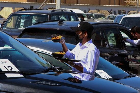 نادل يقدم الطلبات للعملاء في السيارة