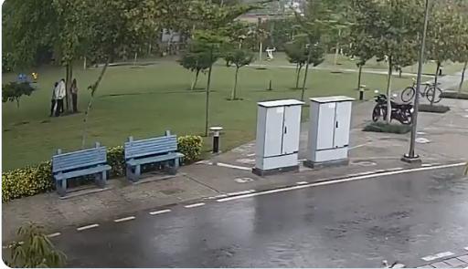 4 اشخاص تحت المطر