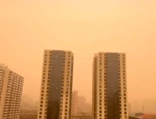 اللون البرتقالى يعلو على البنايات