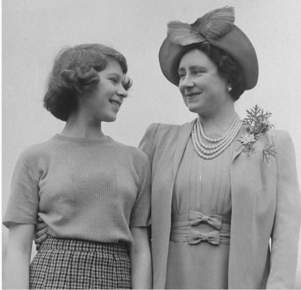 الملكة اليزابيث ووالدتها