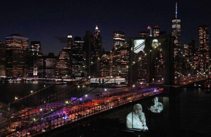 الجسر مضاء بصور الضحايا
