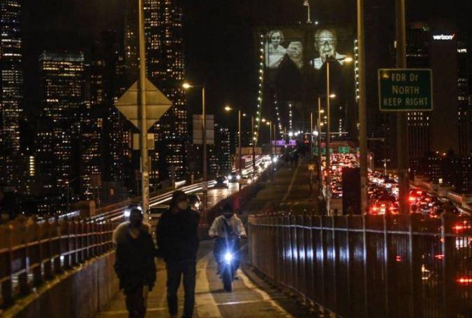 صور الضحايا تزين الجسر