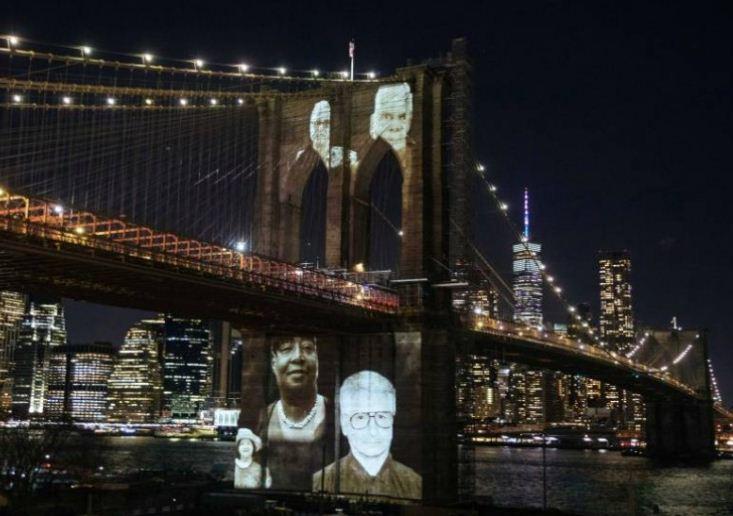صور الضحايا على الجسر