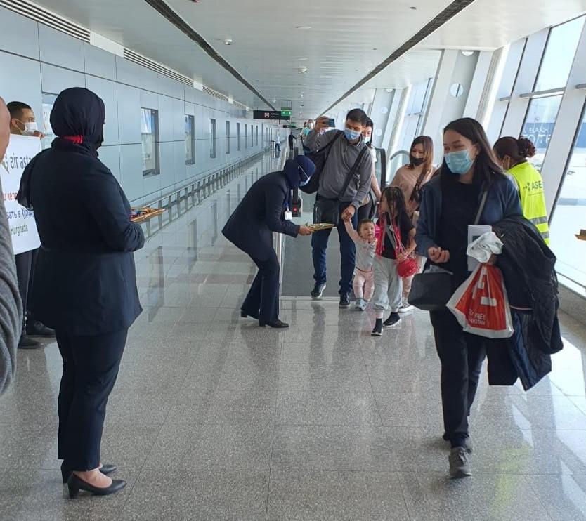 مطار الغردقة يستقبل الركاب بالورود والشيكولاته   (2)