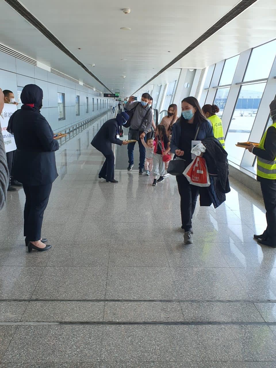 مطار الغردقة يستقبل الركاب بالورود والشيكولاته   (1)