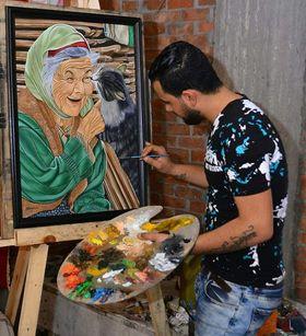 انطون يرسم لوحاته