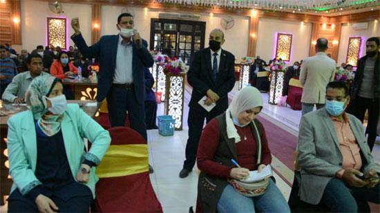 3851425--محافظ-المنيا-يعقد-جلسة-حوارية-مع-أهالى-مركز-مغاغة-(1)