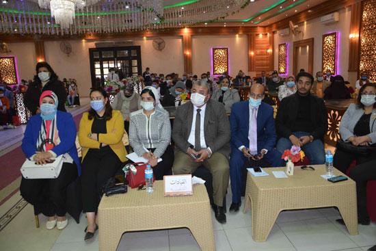 432087--محافظ-المنيا-يعقد-جلسة-حوارية-مع-أهالى-مركز-مغاغة-(5)