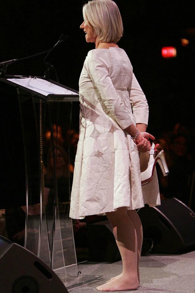 هيلين ميرين تخلت عن حذاءها أثناء نيلها أحد الجوائز وهى على المسرح