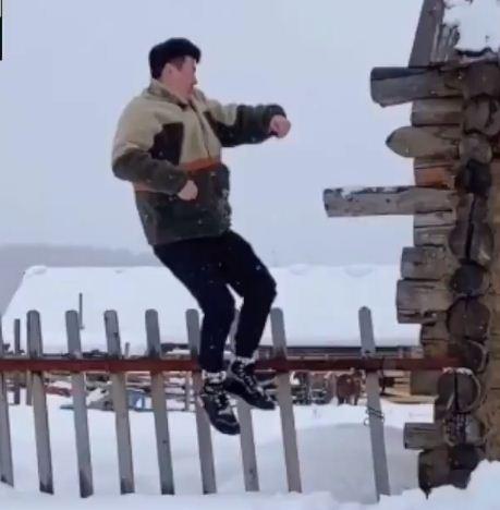 يقفز فى الثلوج