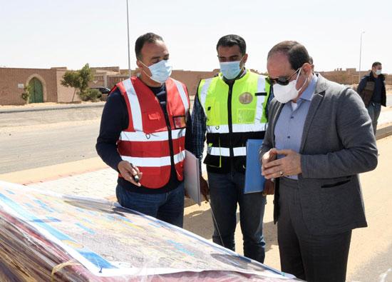 الرئيس-السيسى-يتفقد-تطوير-الطرق-بالقاهرة-ويستمع-لمطالب-سيدة-بمدينة-نصر